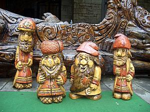 Fun wood sculptures of the seven dwarves